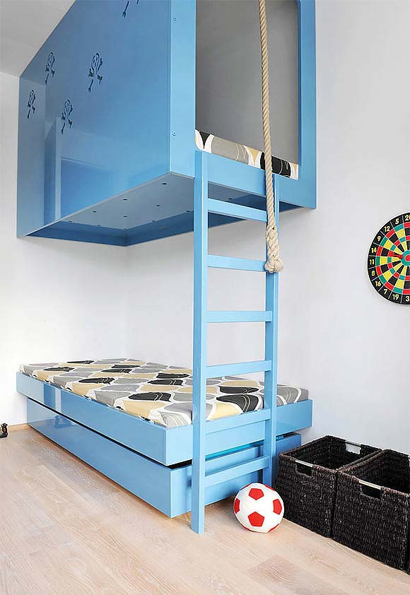 Quarto de menino: módulo para cama fixado na parede e no teto com escada e corda para escalar!