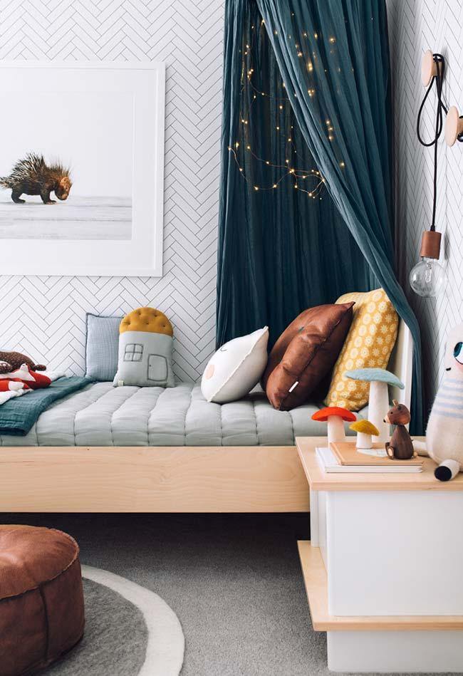 Decoração de quarto de menino incrível com cortina e pisca-pisca