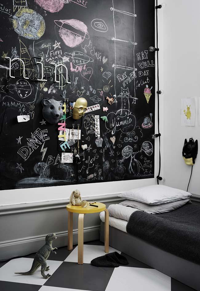 Parede lousa no quarto de menino