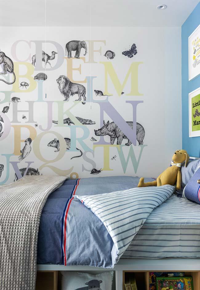 Decoração com alfabeto e ilustrações de animais na parede