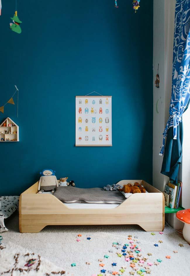 Quarto de menino lúdico com cama infantil e objetos criativos