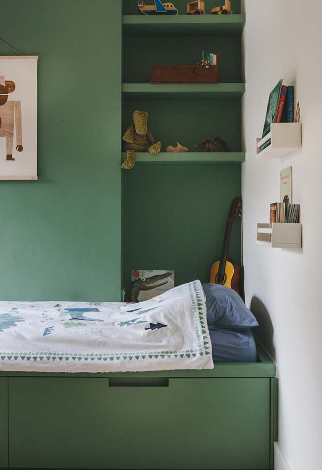 Verde musgo na pintura do quarto de menino