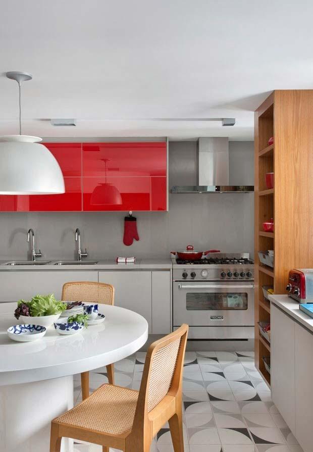 Armário de cozinha com vidro na cor vermelha