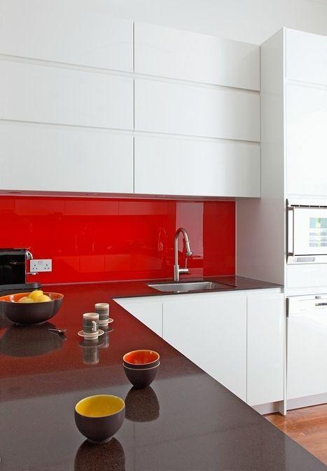 Detalhe vermelho para o vão entre o balcão e os armários superiores