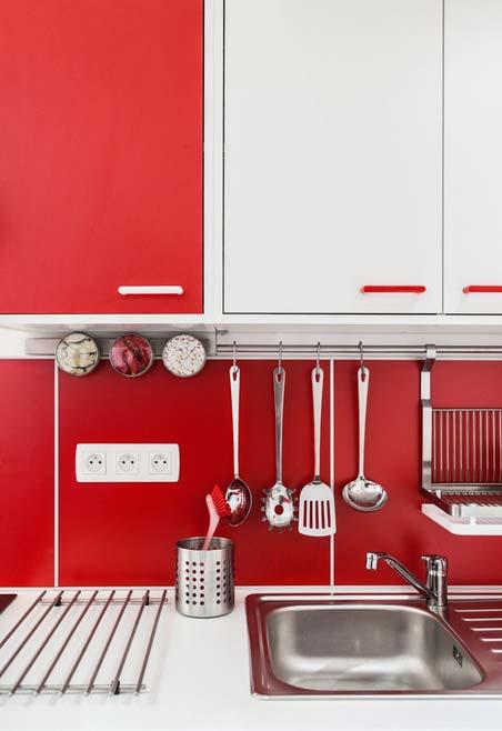 Projeto de cozinha com mescla de vermelho e branco nos armários