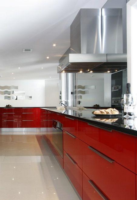 Vermelho em destaque nessa bancada de cozinha em L