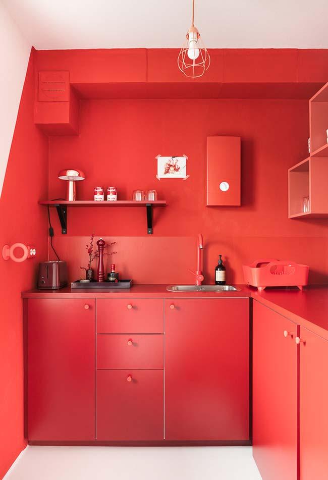 Cozinha toda vermelha com separação das cores na parede
