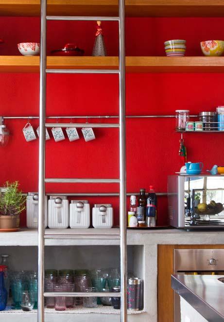 Decoração de cozinha vermelha com prateleiras de madeira