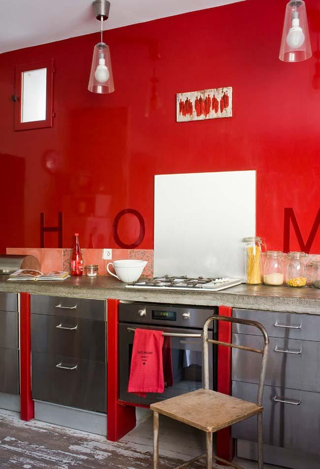 Parede toda vermelha nesta cozinha