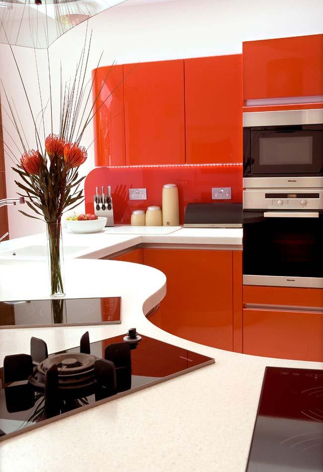 Aqui, apenas uma parte dos armários recebe a cor vermelha