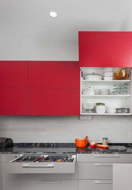 Cinza e vermelho no armário da cozinha