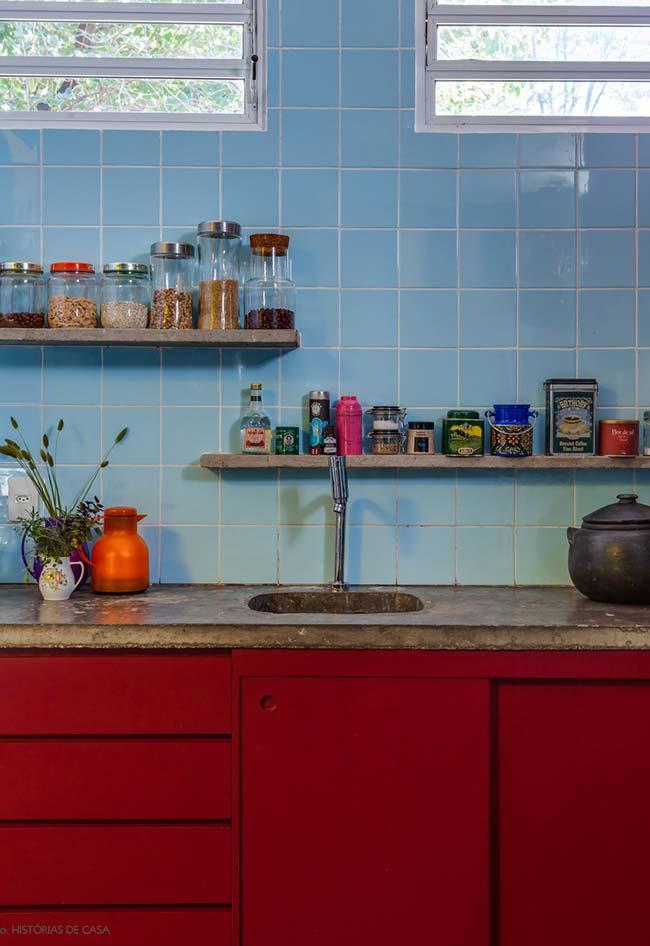 Cozinha retrô com gabinetes na cor vermelha