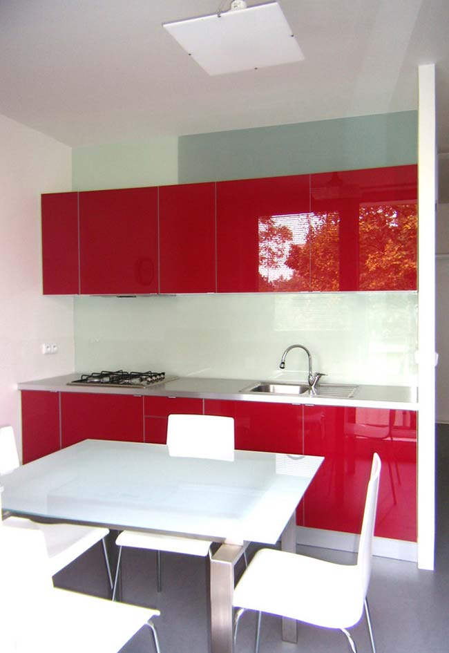 Armário espelhado da cozinha recebe a cor nas portas