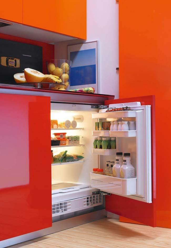Refrigerador embutido em armário da cozinha vermelha