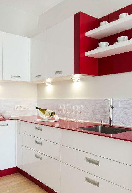 Balcão de cozinha na cor vermelha e em parte dos armários