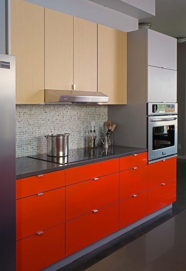 Bancada de cozinha com vermelho-laranja