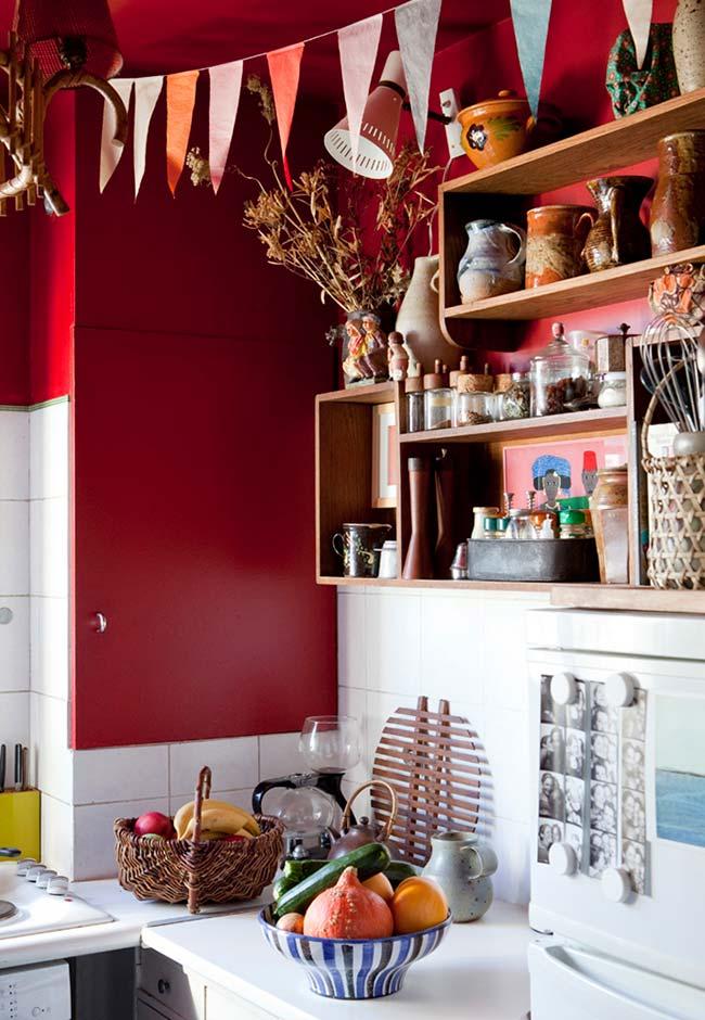 Armário lateral, parede e teto recebem a cor nesta cozinha