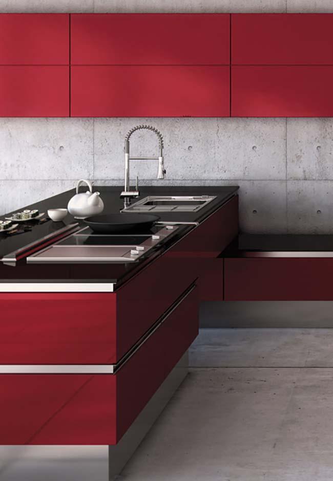 Cozinha vermelha em projeto com concreto aparente