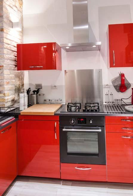 Equilíbrio entre os elementos: somente armários recebem o acabamento com a cor vermelha