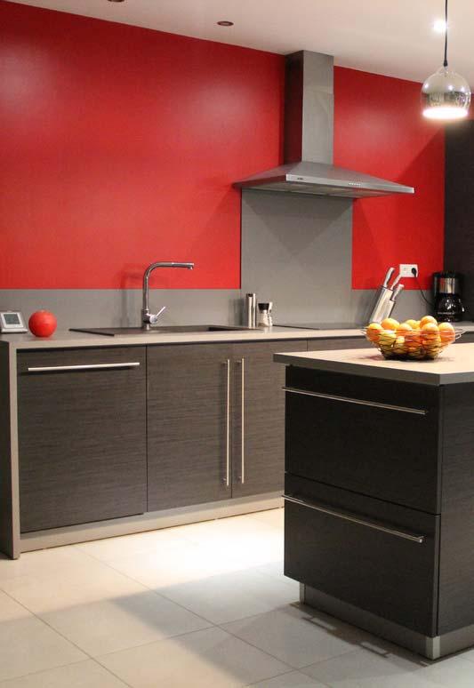 Combinação de cinza e vermelho na cozinha