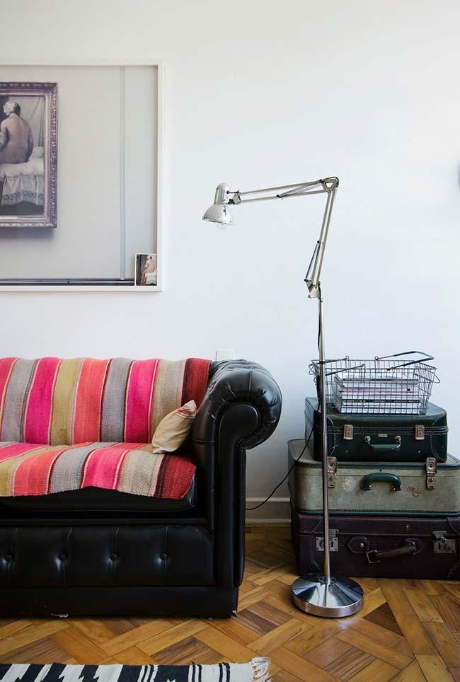 Mantas para sofá: para quebrar o estilo sóbrio e clássico dessa sala só uma manta bem colorida