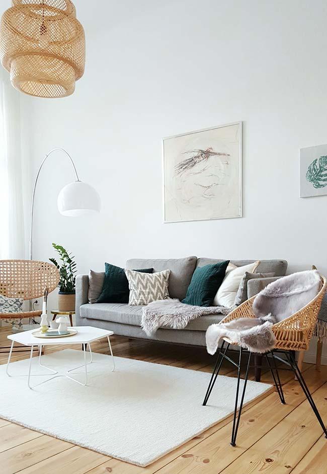 Mantas para sofá: nessa sala a opção foi por uma manta pequena de pele sobre o sofá e sobre a poltrona