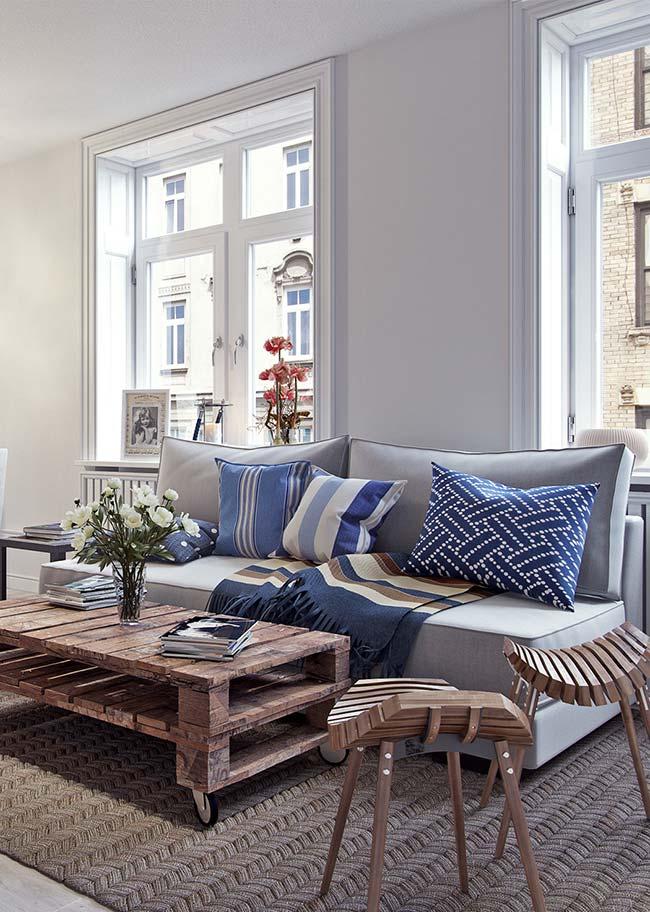 Mantas para sofá: tons variados de azul foram usados nas almofadas e na manta