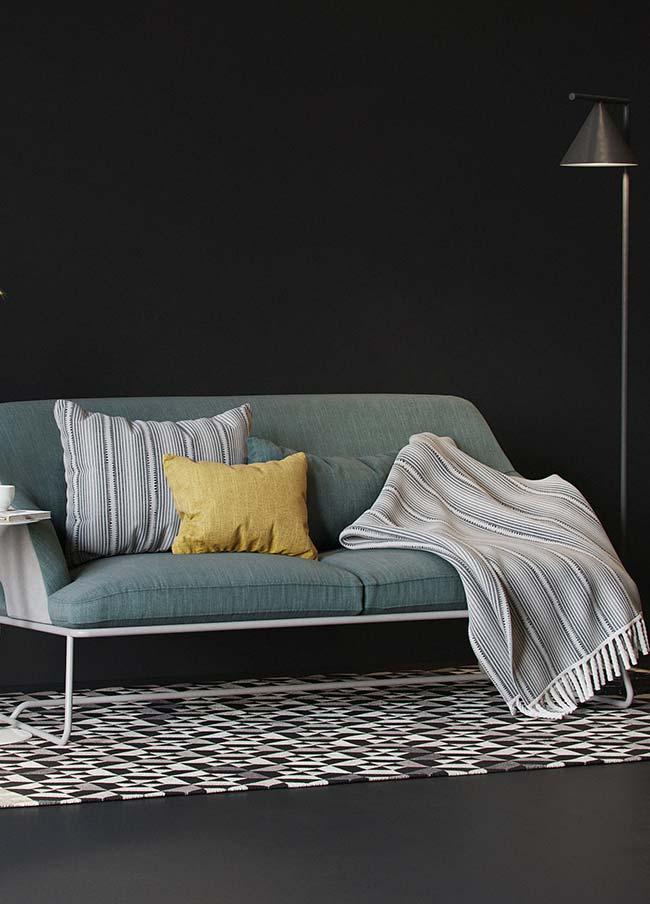 Mantas para sofá: almofada e manta de tom neutro se destacam no sofá de tom mais escuro