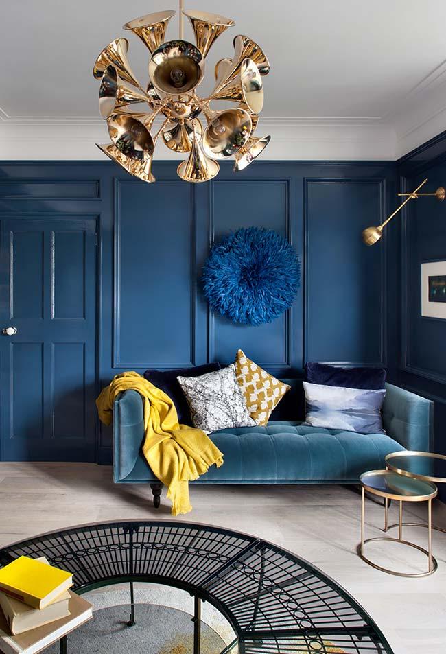 Mantas para sofá: nessa sala, a escolha foi pela combinação entre o azul e amarelo, cores complementares e de alto contraste