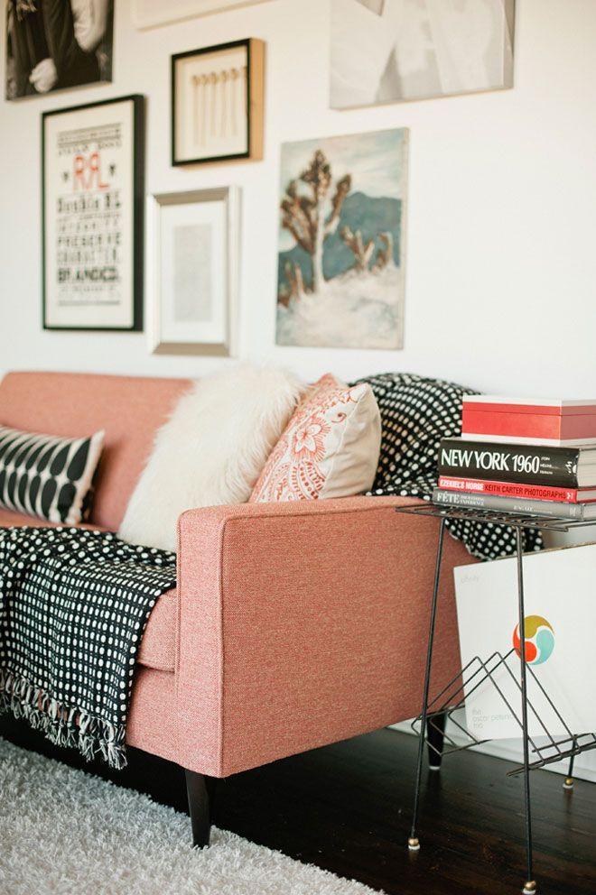 Manta preta e branca fica bem sobre qualquer cor de sofá