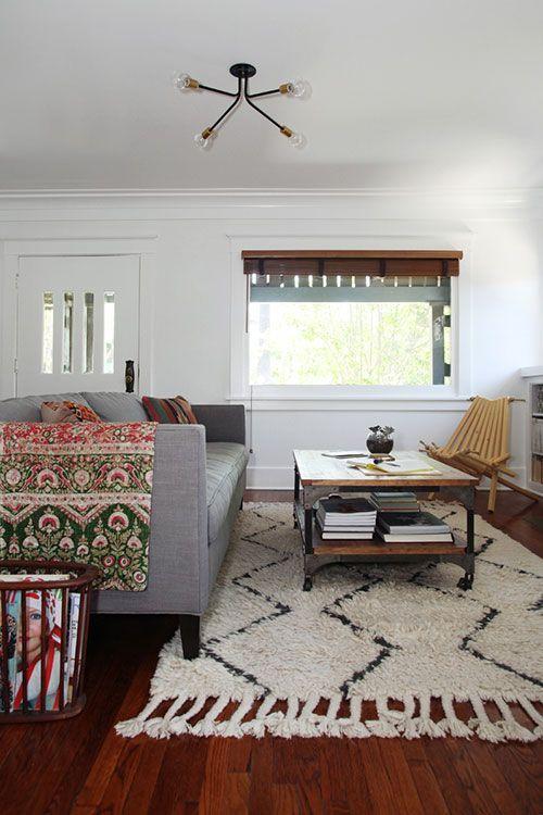 """Sala de decoração neutra contou com uma manta colorida e bem estampada para erguer o """"ambiente"""""""
