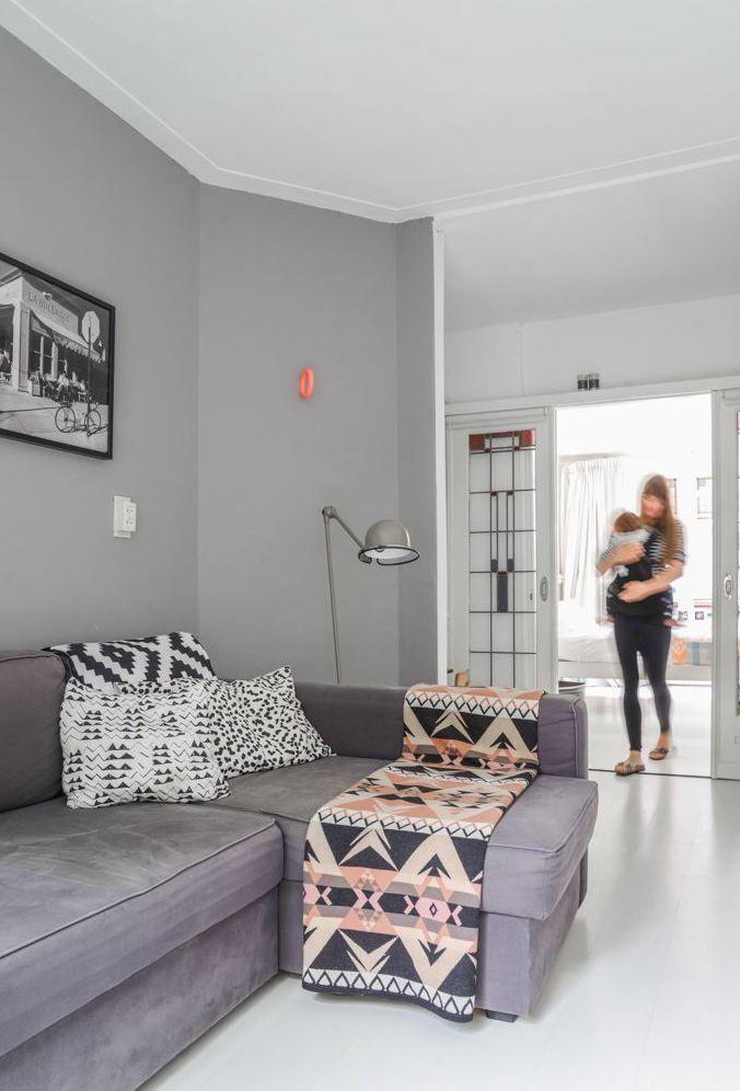 Se a ideia é criar um ambiente mais formal, use a manta dobrada e alinhada sobre o sofá