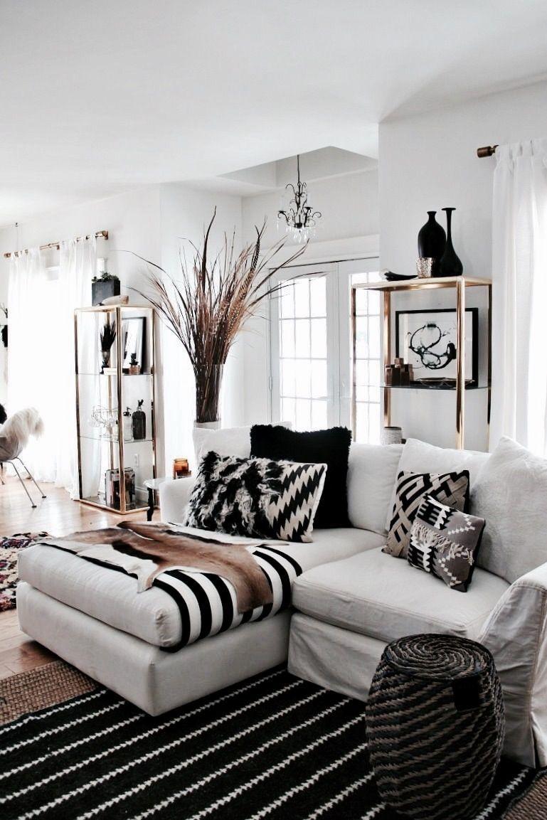 Manta preta e branca dá continuidade a decor e marca a ponta do sofá