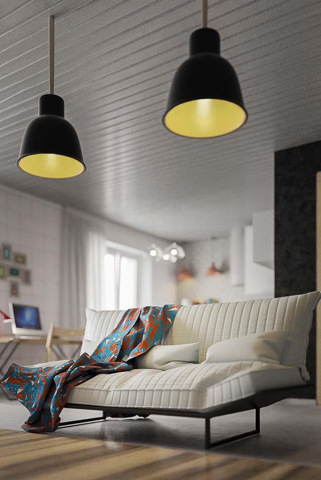 Manta de estampa e cor vibrante faz um belo contraste com o sofá branco