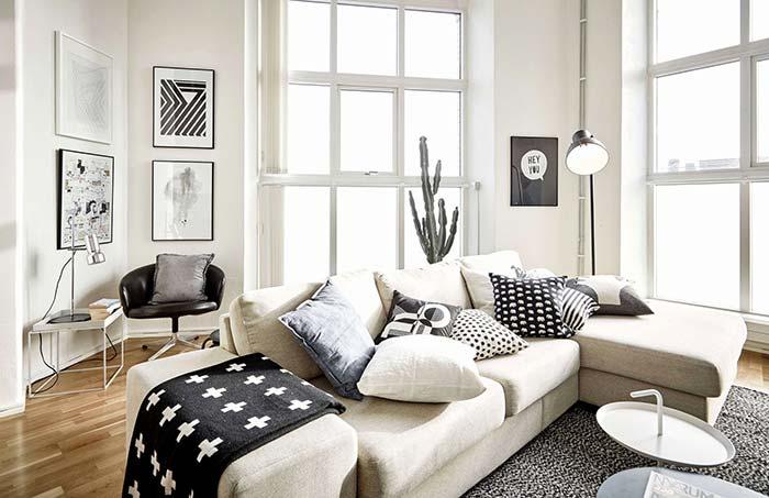 Nessa sala foram usadas estampas variadas em preto e branco nas almofadas e na manta