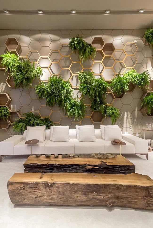 Sala de decoração elegante apostou em um jardim vertical de samambaias