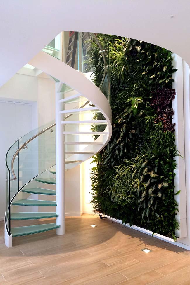 Jardim vertical, em tons variados de verde, acompanha quem sobe a escada