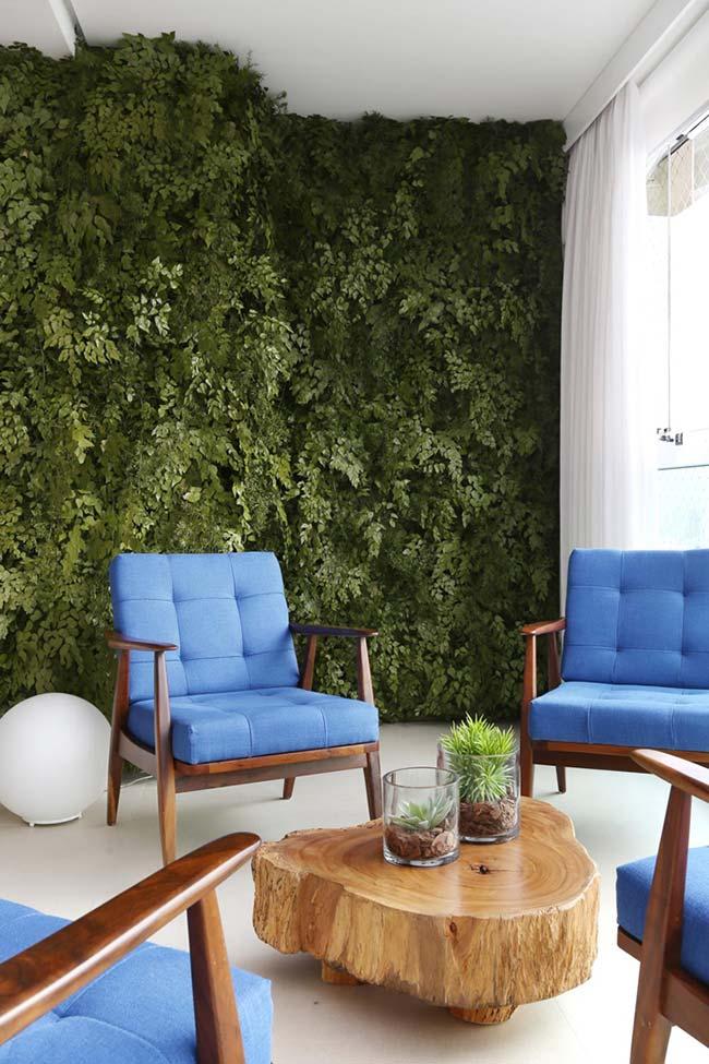 Nessa varanda, as plantas cobriram totalmente a estrutura do jardim vertical formando um maciço verde de encher os olhos