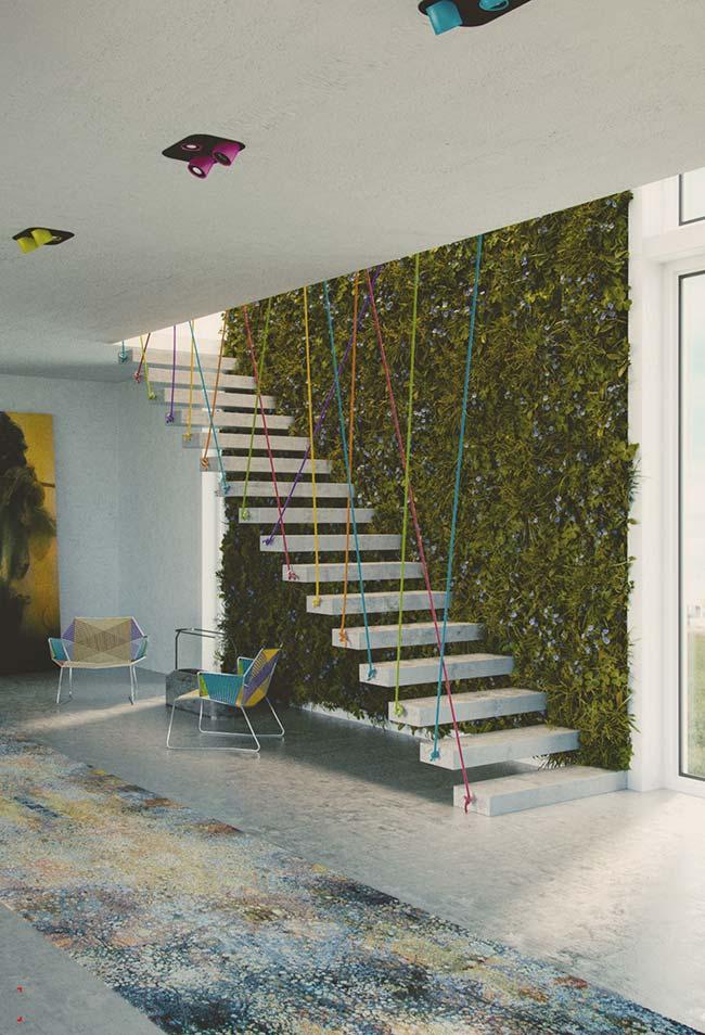 Jardim vertical junto à escada