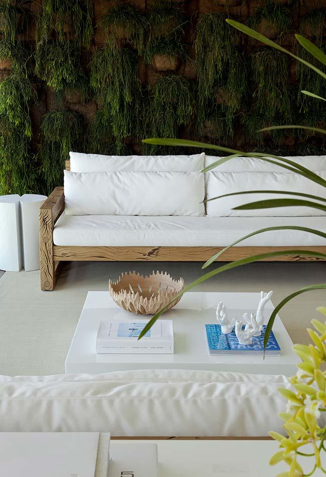 Jardim vertical construído com vasos de fibra de coco