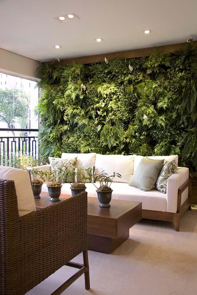 Móveis de madeira e jardim vertical: combinação perfeita para uma varanda