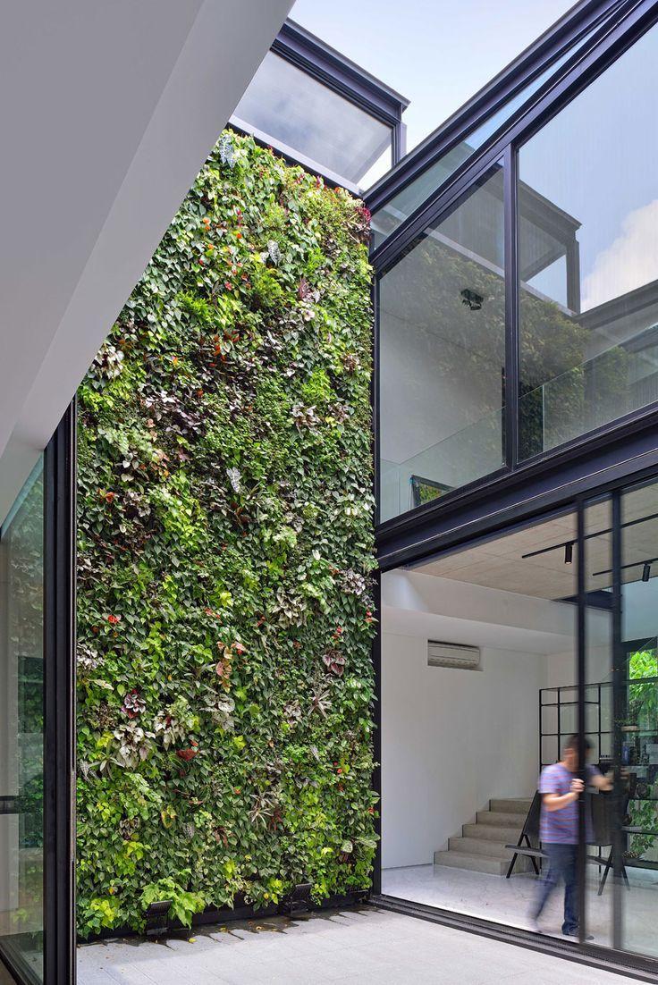 Jardim vertical na área externa com plantas de pequeno porte