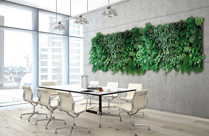 """O jardim vertical sobre a parede de concreto aparente deixa as reuniões de trabalho mais """"leves"""""""