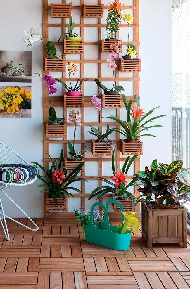 Jardim vertical com bromélias e orquídeas