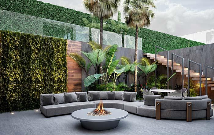 Área externa sofisticada apostou nas paredes verdes para ficar aconchegante e confortável