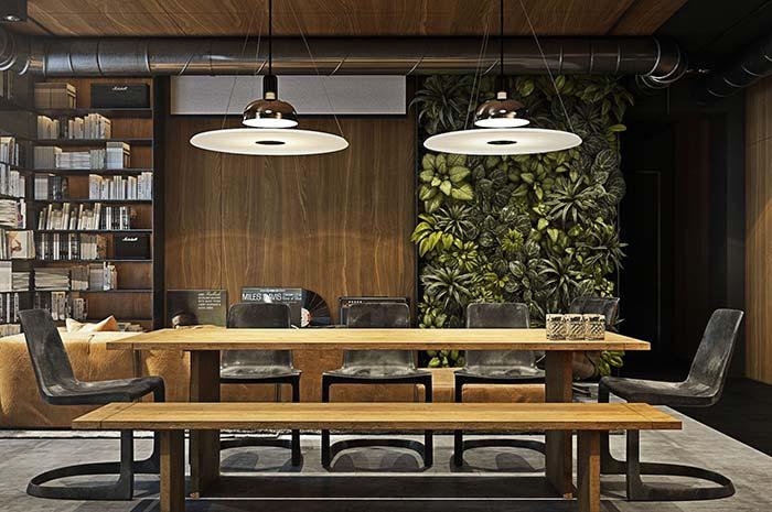 Sala de reuniões decorada com jardim vertical