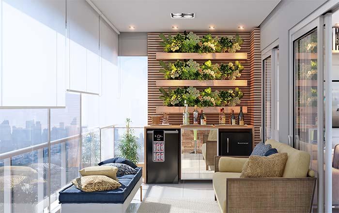 A área do bar dessa varanda ganhou um toque a mais com as plantas do jardim vertical