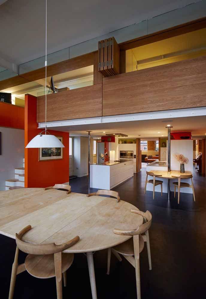 Mezanino todo revestido em madeira conta com janelas dobráveis para garantir a privacidade de quem está no piso superior