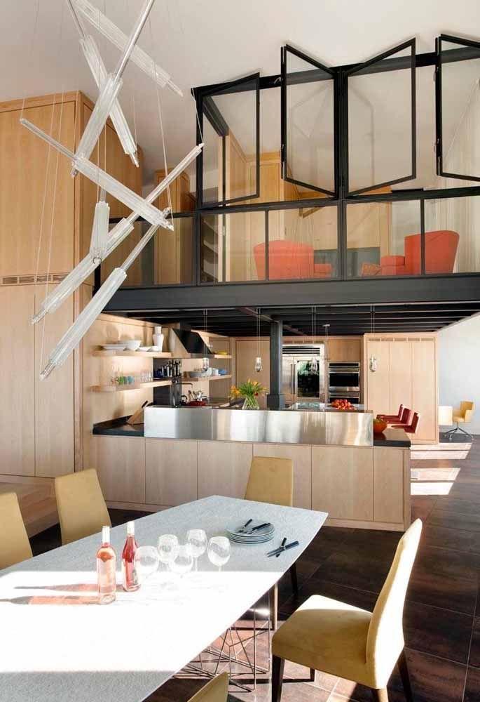 Mezanino com estrutura metálica e paredes de vidro foi usado como uma segunda sala de estar