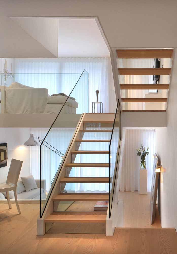 Aqui, o mezanino também facilita o acesso ao segundo andar e foi decorado seguindo o mesmo padrão do restante da casa